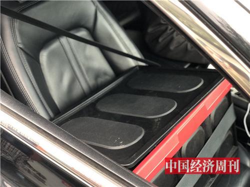 副驾驶放置黑色随车安全箱,内为紧急处理时所需装备。
