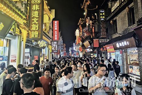34-1 深夜的长沙太平老街上仍然挤满了前来观光的游客 《中国经济周刊》记者 张燕I 摄