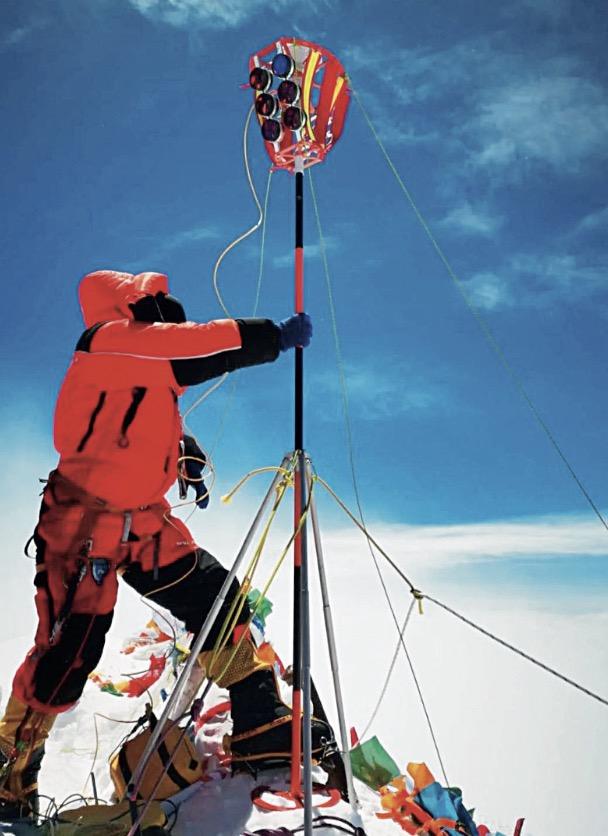 23-4 华测导航北斗高精度定位设备在珠峰GNSS 同步观测点作业