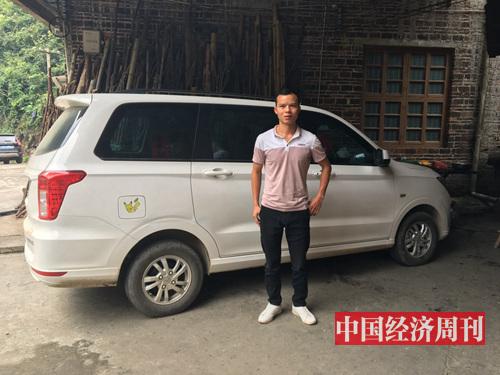 王平安在他的新车前。每天早晨他都会驾驶着这辆车去摆地摊,这是他人生中拥有的第一台一手车。(摄影:邓雅蔓)