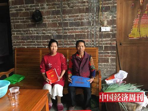 郑冬素和婆婆李连姣的合影。(摄影:邓雅蔓)