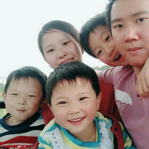 张巧玲一家人,如今她有3个孩子。图片来源:蓝山县扶贫办