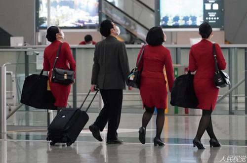 10月21日,国泰航空公布集团重组计划,国泰港龙当天开始停止营运,同时裁员8500人。图为国泰航空机组人员。