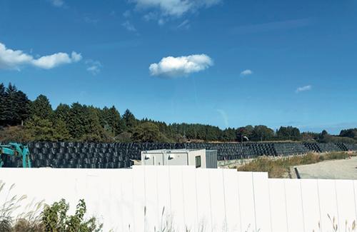 95 在福岛境内核泄漏禁区,装满了核污染土壤的黑色塑料袋堆积如山。