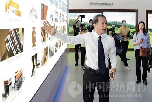 39-2 坚美铝业董事长曹湛斌为调研专家团介绍全球领先的系统门窗和高端制造