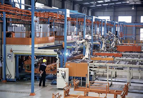 100 新兴县的制造业工厂内部,全自动化生产