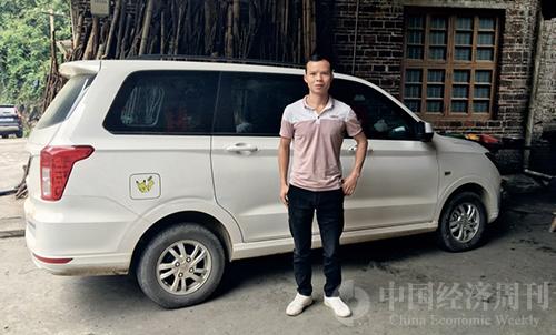35 王平安在他的新車前。每天早晨他都會駕駛著這輛車去擺地攤,這是他人生中擁有的第一臺一手車。
