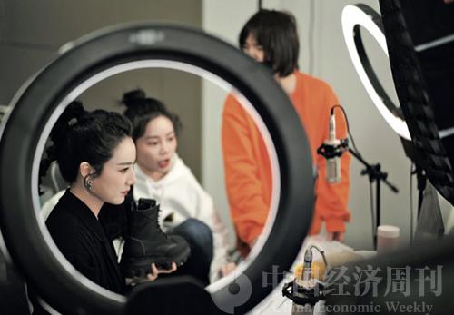 88 薇婭做扶貧助農直播《中國經濟周刊》首席攝影記者 肖翊 | 攝
