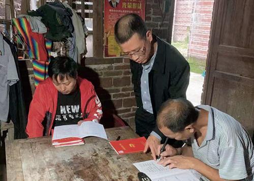 34 老婆源村扶貧工作隊隊長易積強(左二)入戶宣傳扶貧政策