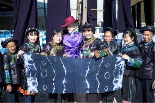 2018年,芭芭拉·賈琦在貴州與繡娘們合影留念