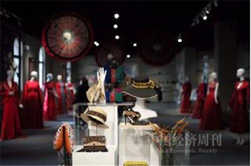 繡娘們的作品展示  《中國經濟周刊》首席攝影記者肖翊攝