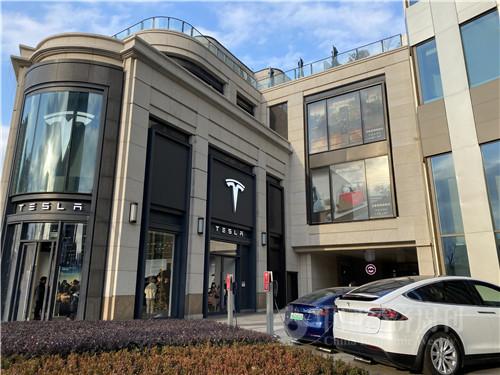1月2日晚间,特斯拉公布了2020年全年汽车销量:累计交付了499550辆电动车。图为上海门店外景。(宋杰摄)