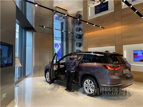 1月3日,上海蔚来汽车NIO House里,有不少市民前来预约试驾体验。(宋杰摄)