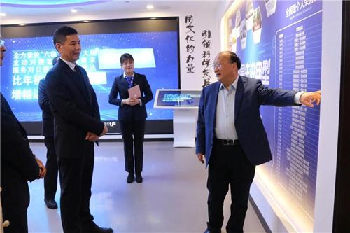 方习利一行参观建行安徽省分行企业文化馆。