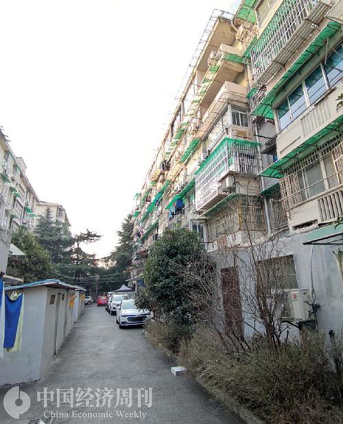 98-2 文二新村小区内景,小区较为老旧,但已成为杭州最贵学区。《中国经济周刊》 记者 陈一良 摄