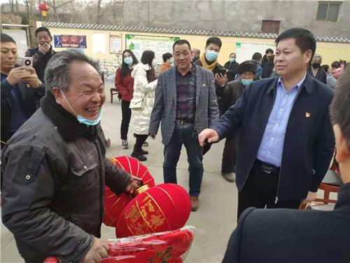 4 副县长炊为民看望贫困户并送去春节灯笼
