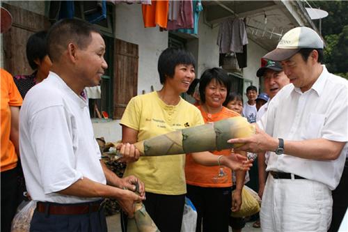 2010年7月28日,碧桂园创始人杨国强在广东英德树山村入户调研