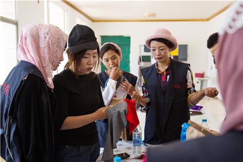 甘肃东乡的绣娘们在交流刺绣技艺。碧桂园帮扶东乡发展刺绣产业,帮助当地村民实现家门口就业。