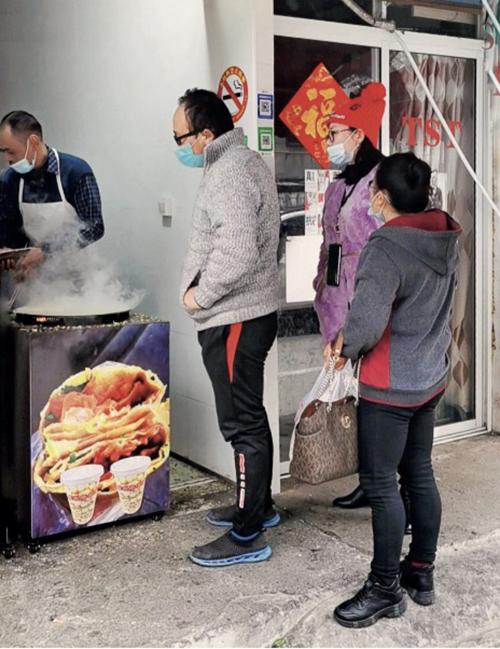 078-2大年初一,北風的煎餅攤也有不少人光顧