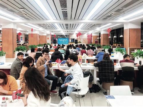 079-1留校學生在食堂歡度春節