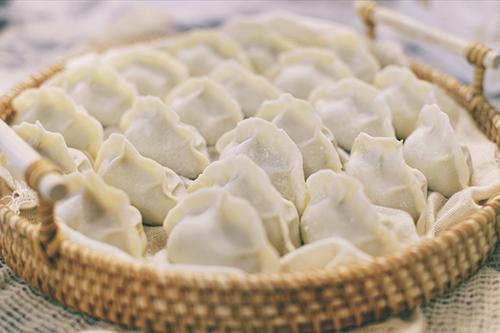 080-2佑佑給上海婆家人包了自己家鄉特色的餃子
