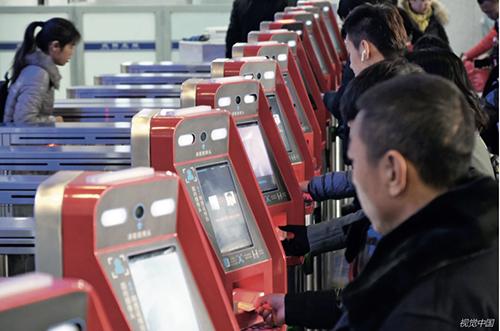 """p33 在沈阳北站,乘客通过智能人脸识别系统""""刷脸""""进站。"""