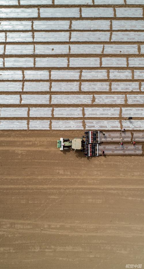 42 2021年4月3日,新疆巴州尉犁县塔里木乡塔里木村棉农在采用卫星定位导航的多功能一体化精良播种