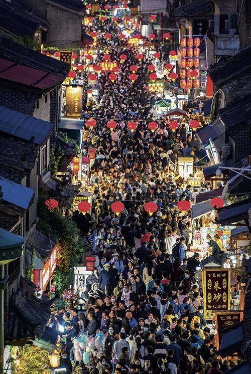 53 清明假期,洛阳老城历史文化街区迎来客流高峰,丽景门、西大街、鼓楼、十字街等区域熙熙攘攘,游客摩