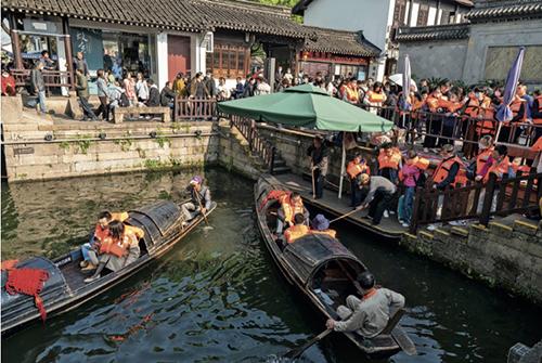 54-1 4月4日,浙江绍兴踏青游受热捧,游客争相乘坐乌篷船,游览鲁迅故里。