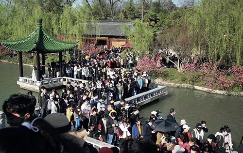 54 4月4日,在江苏扬州瘦西湖风景区,游人如织。