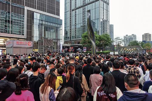 55-3 4月3日,成都地铁春熙路站客流量暴增,乘客在车站外排起数百米长队。