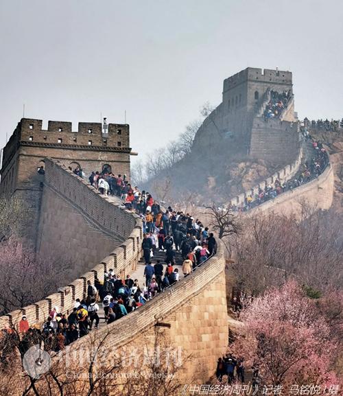 55-1 4月4日,北京八达岭长城景区发布游客流量黄色预警,启动三级应急响应。《中国经济周刊》记者