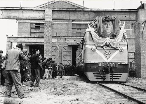 38-1 1958 年12 月28 日,中国第一台干线电力机车6Y1 型在湘潭电机厂出厂,由蒸汽机车