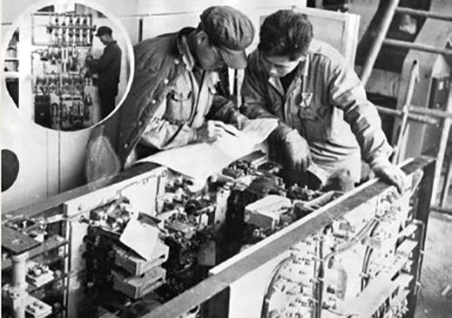 38-2 早期三大件改造时场景,技术人员正在进行控制屏电器组装及线路检查。