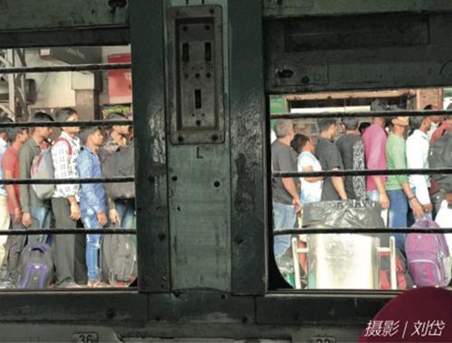 102-2 排隊上火車的印度群眾,普那離孟買約50公里。