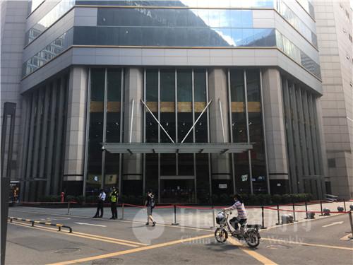 5月21日以來,封樓的賽格大廈周邊拉起了警戒線 攝影:鄧雅蔓