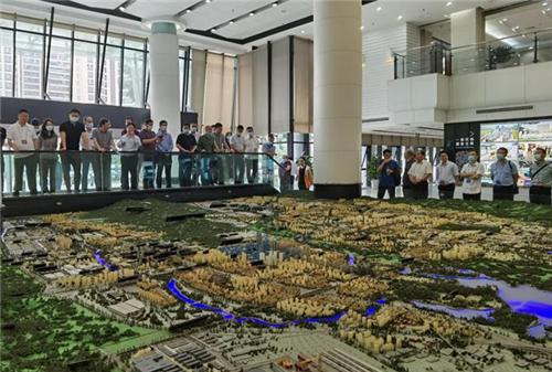 参训学员在天津国际物流枢纽园区开放性经济建设实践教学基地开展现场教学
