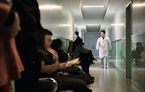 29 門診樓走廊內不孕不育夫婦在等待就診