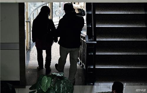 31 一對無生育能力的年輕夫婦從精子庫走出