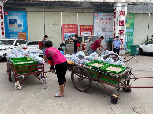 40 廣州公安和農貿市場人員合力完成物資搬運、清點和整理工作。圖片來源:廣州公安