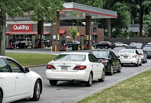 95 美國最大輸油管道遭攻擊停擺,民眾憂汽油短缺排長隊加油。