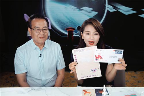 """圖1:劉濤和航天專家胡志勇在直播間向網友展示""""太空信套裝"""""""