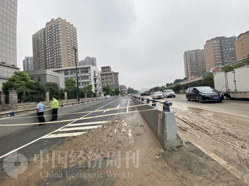 43-2 7 月23 日上午,京廣北路隧道南口附近路段已經被攔上警戒線,不讓靠近。