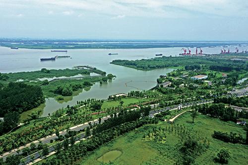"""34-1 老码头改造而成的滨江文化公园,已然成为众多市民和游客青睐的""""打卡""""圣地。"""