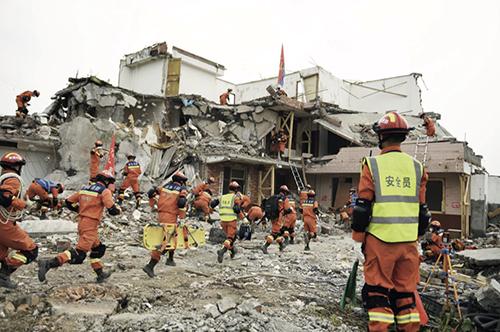 """99-1 2021 年5 月14 日,雅安,四川消防指戰員參加""""應急使命·2021""""抗震救災演習。"""