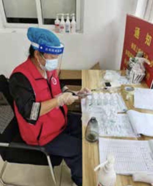 53-1 志愿者在处理药品订单