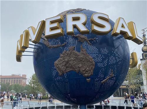 环球影城标志性的转动地球雕塑