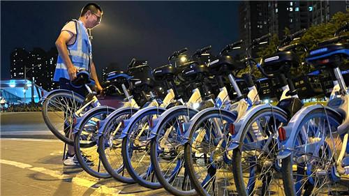 2021年6月的一個凌晨,哈啰黨員運維劉健溁在四川成都街頭進行車輛調度作業。作為交通運輸新業態企業,哈啰已累計為近40萬人提供全職或零工運維崗位。