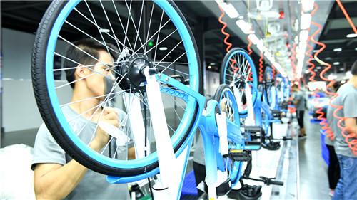 2021年8月在廣東佛山,工人在哈啰OEM整車供應商佛山金川科力遠的生產線上工作。目前哈啰上游生態伙伴中推進精益生產的企業占比已達30%。